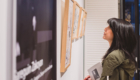 Une femme regarde les peintures photographe Armen Hambardzumian