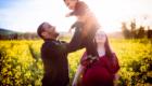 le pere fait sauter sa fille dans les champs de colza photo par Armen Hambardzumian