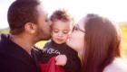 les parents embrassent leur fille dans les champs photo Armen Hambardzumian
